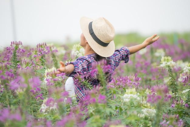 農家は彼ら自身の花畑で幸せです。