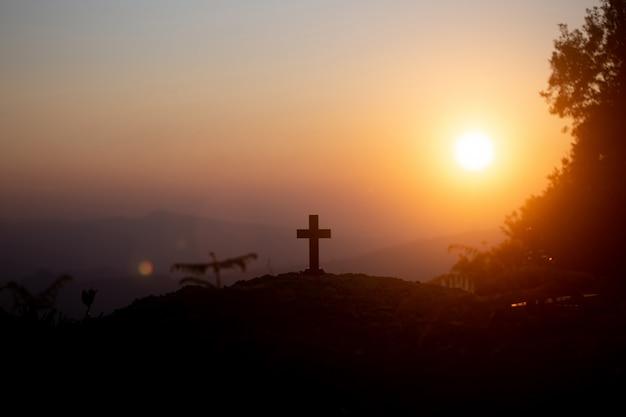 復活の概念:日没時のイエス・キリストの十字架の十字架