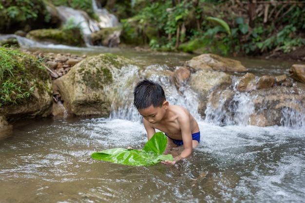 Дети радостно играют в потоке