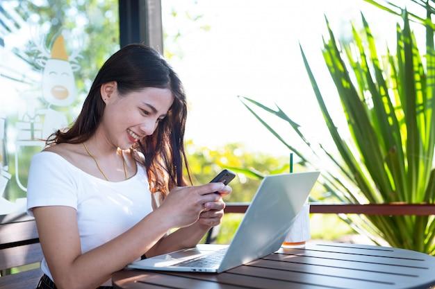 女性はソーシャルメディアを通じて製品を販売しています