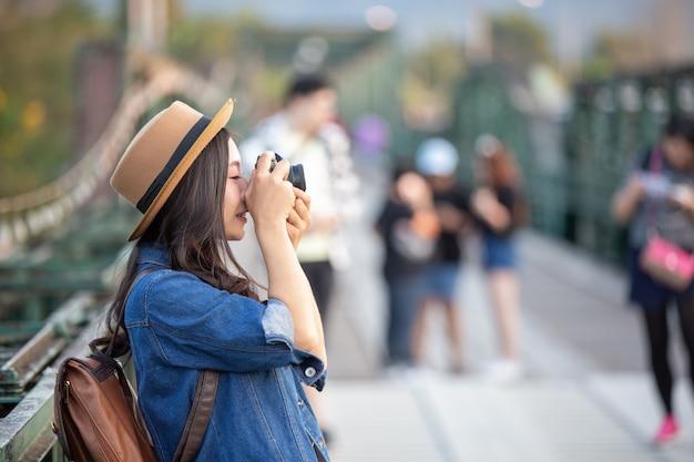 Женщины-туристы, которые фотографируют атмосферу