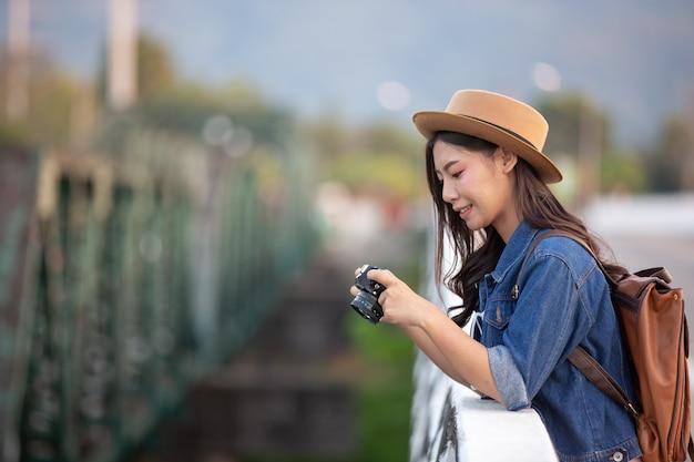 大気の写真を撮っている女性観光客