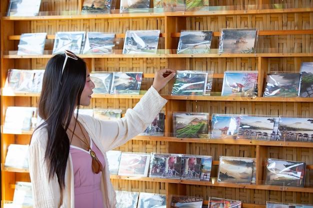 オンラインで働いている女性観光客