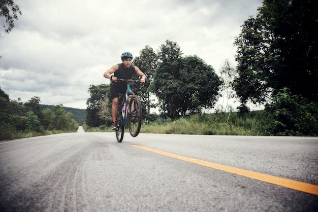 サイクリスト男レーシングバイクアウトドア