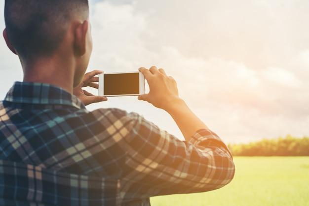 フィールドの写真を撮る男