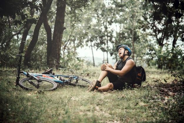 Горный байкер езда на велосипеде в осенний сезон среди деревьев
