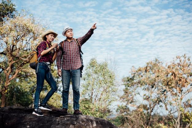 山の森の中の観光客のカップル