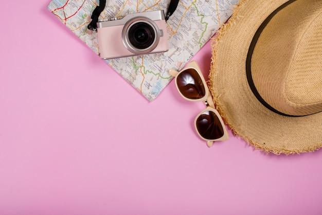 Вид сверху туристических аксессуаров и гаджетов