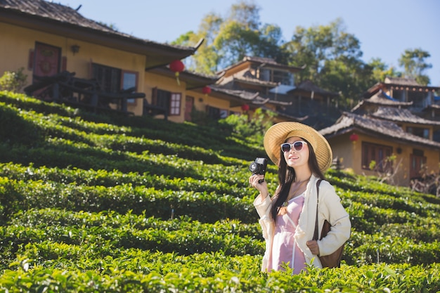 雰囲気の写真を撮って幸せに笑顔をしている女性観光客。