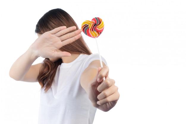 白い背景で隔離のお菓子に対する女性。