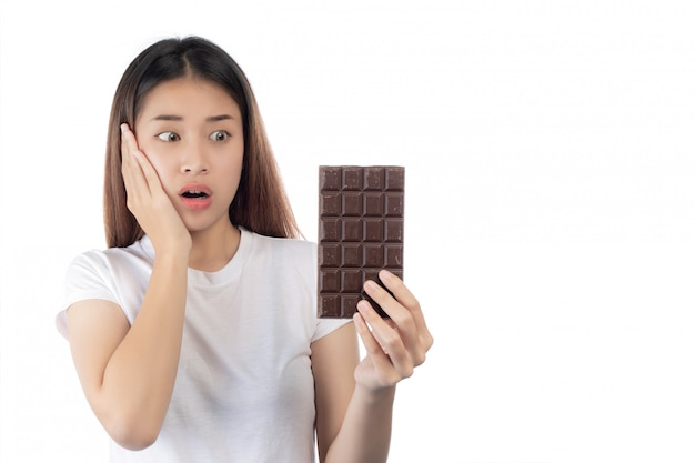 手のチョコレートを保持している幸せな笑顔でアジアの美しい女性