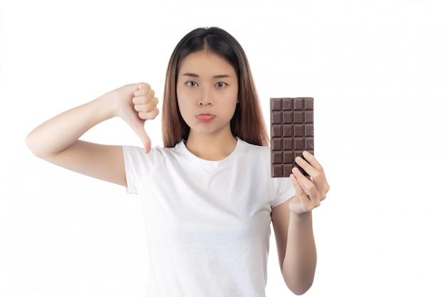 チョコレートに対して、白い背景で隔離の女性。