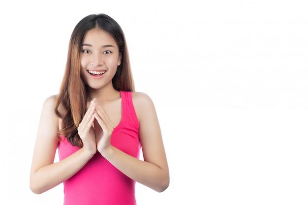 白地に幸せな笑顔でピンクのシャツを着ている美しい女性