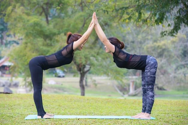 女性はジムでヨガをしています。運動しています。