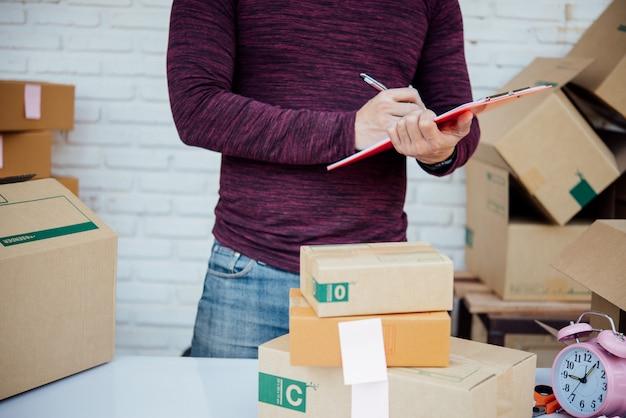 Красивый молодой человек, работающий с бумагами