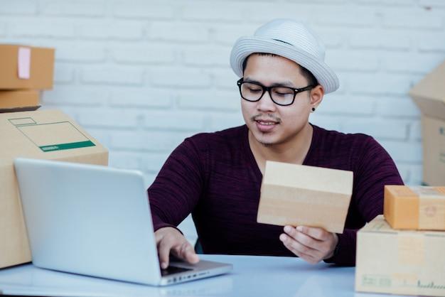 テーブルで小包の中で書類を扱う配達サービス