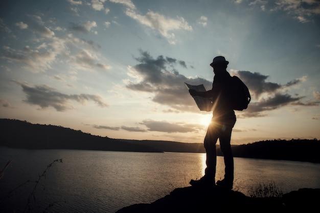 Турист, делающий фотографию природы