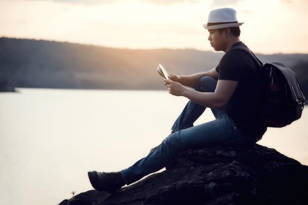 Путешествие молодого человека на закате