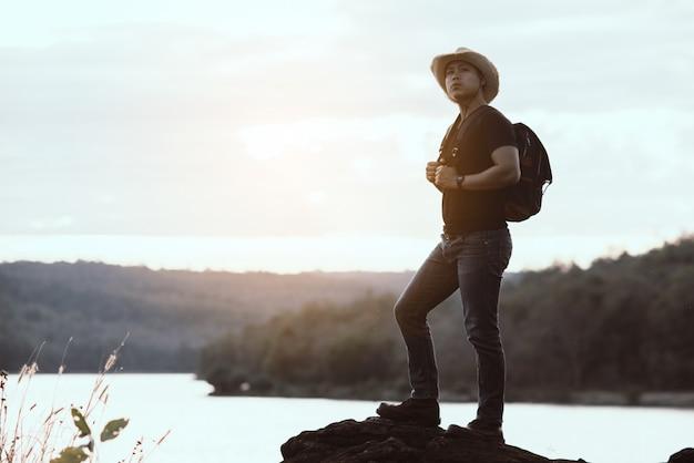 Концепция путешествия с рюкзаком отдохнуть на горе