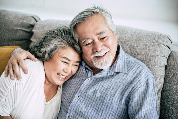 年配のカップルが一緒にリビングルームで遊ぶ