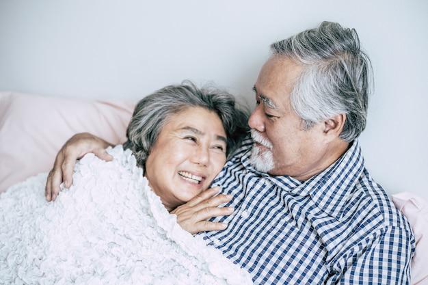 年配のカップルが一緒にベッドで横になっています。