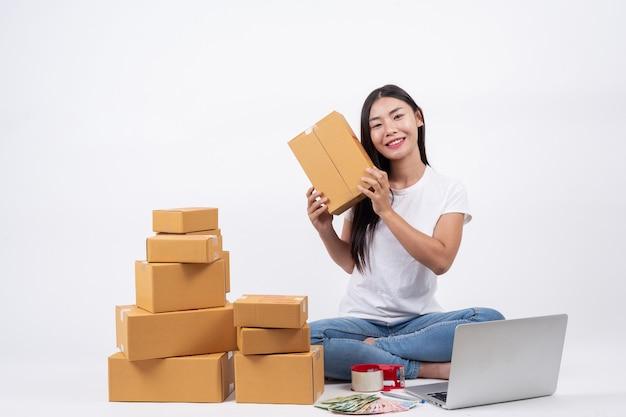 白い背景に自宅で働く顧客、事業主から製品を注文することから幸せな女性