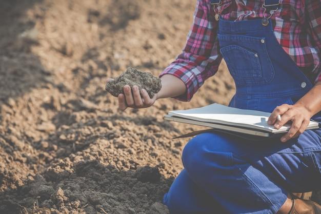 Женщины-фермеры исследуют почву.