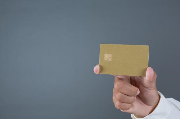 紙幣、現金を手話でジェスチャーを保持している男性のビジネスマン
