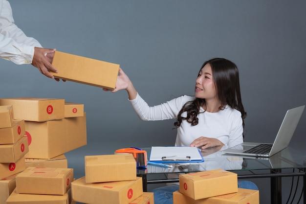 男性と女性が箱を梱包するのを助けています。