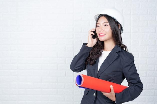 Инженерная женщина держит документы