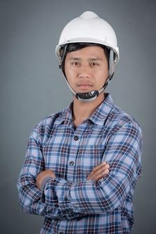 灰色の背景の男性エンジニア。