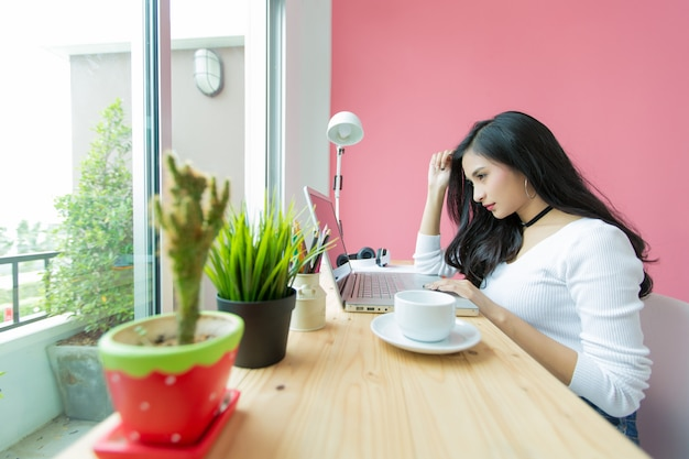 Молодая красивая работающая за компьютерным столом