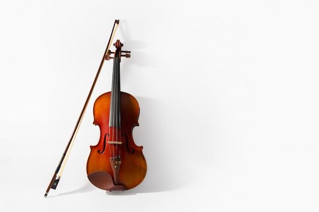 Скрипка и смычок на белом фоне
