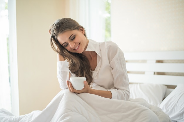朝はコーヒーを飲みながら彼女の寝室で美しい女性