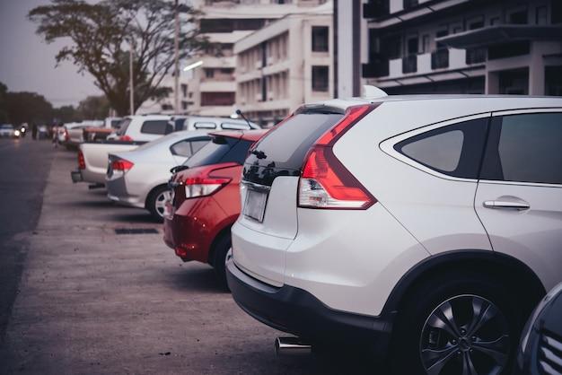 駐車場の中の車