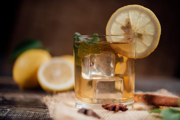 レモン、まな板の上のスライスされたレモンとお茶のグラス