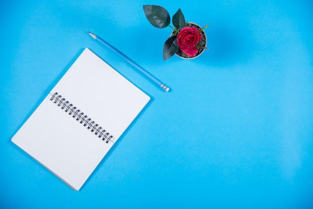 机の上の本、教育の概念