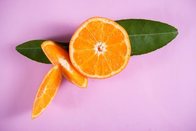 オレンジスライスと新鮮なオレンジ