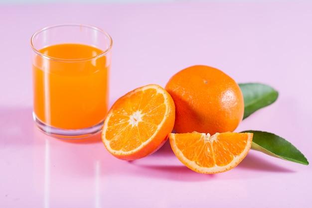 オレンジスライスと新鮮なオレンジジュースのガラス
