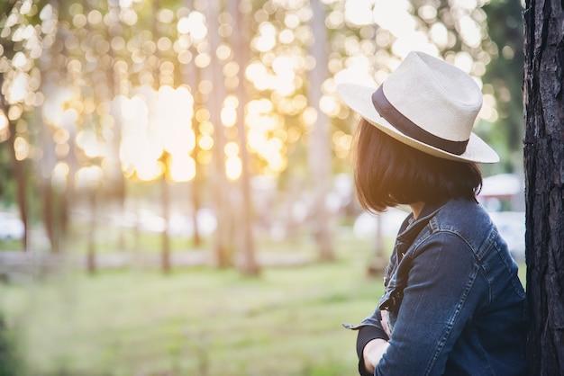 暖かい太陽の光と緑の森の自然の中で人々の肖像画