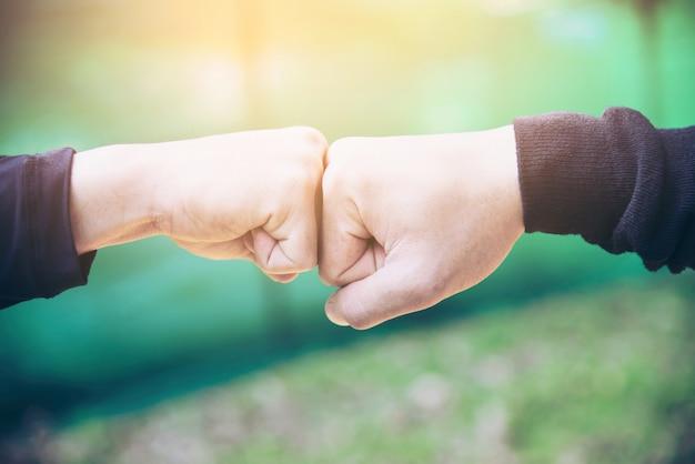 男の成功コミットメント作業コンセプトのために一緒に触れる/一緒に手を握って