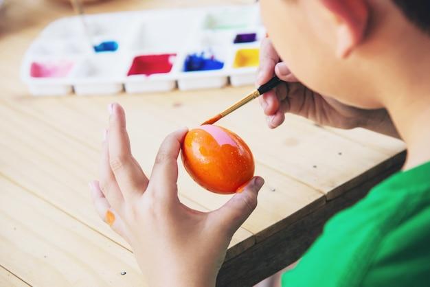 Люди крася красочные пасхальные яйца - концепция национального праздника людей