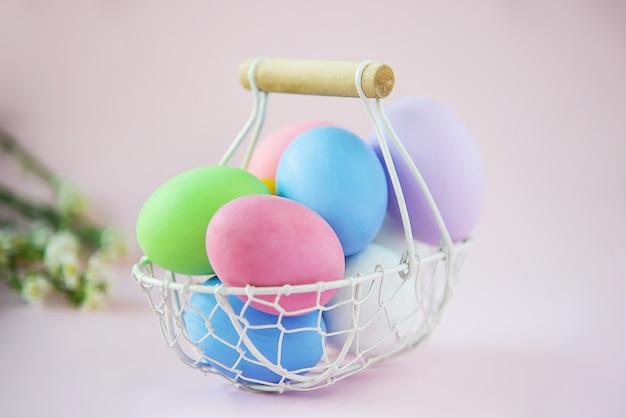 Сладкие красочные пасхальные яйца фон - концепции национального праздника
