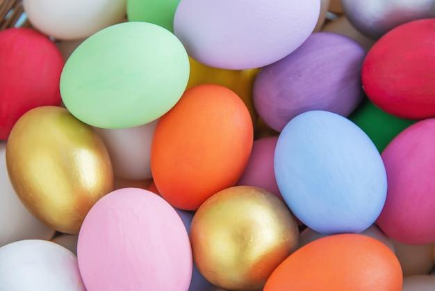 甘いカラフルなイースターエッグの背景 - 国民の祝日のお祝いの概念