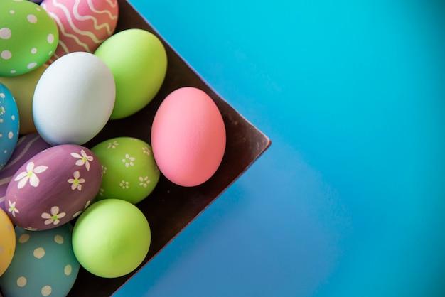 カラフルなイースターエッグの背景 - イースター休日のお祝いの背景の概念を描いた