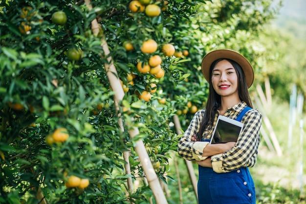Женщина, имеющая оранжевую плантацию