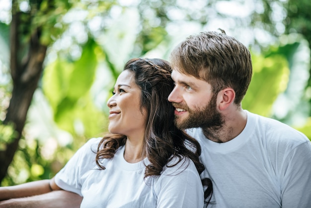 一緒に愛の瞬間に幸せな笑顔カップルの多様性