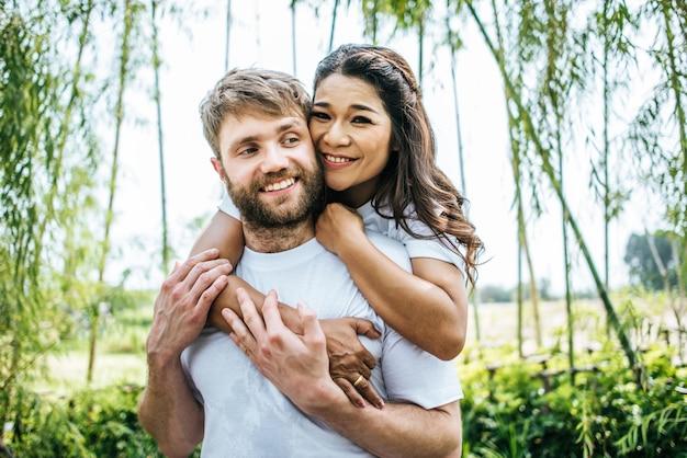 Счастливые улыбающиеся пары разнообразят друг друга