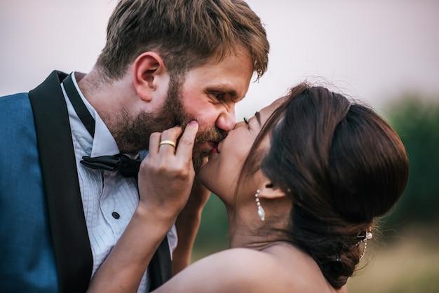 Жених и невеста имеют романтическое время и счастливы вместе