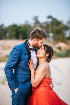 アジアの花嫁と白人の新郎はロマンスの時間と一緒に幸せ